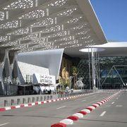 マラケシュ・メナラ空港は、マラケシュ市内から車で15分ほどの便利な場所にある近代的な空港でした。