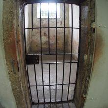 「文化の館」と呼ばれているのに.....実は、「牢屋」だったけど.....今は、お土産屋....って、なにそれぇぇ〜?/『世界で一番、入るのに勇気のいる、入ったら二度と出てこれなさそーな、お土産屋さん』(レシフェ/ペルナンブコ州/ブラジル))