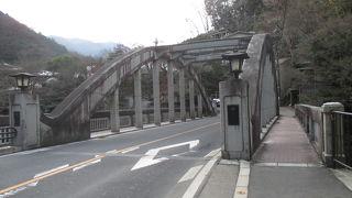 下流の旭橋と双子の様に似ています。でも、親柱の照明に個性が。