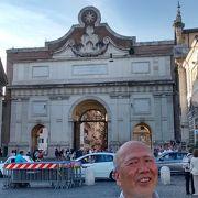 ポポロ門の横で、ポポロ広場に面して建っていて、石造りの建築がたいへんきれいでした。