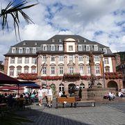市庁舎、聖霊教会、騎士の家に囲まれた賑やかな広場