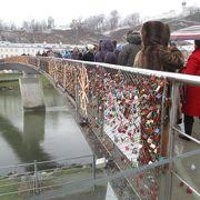 ザルツブルクの旧市街と新市街を結ぶザルツァッハ川に架かる歩行者専用橋です。