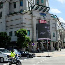 ローチョ―・ロードとビクトリア・ストリートの角にある入口。