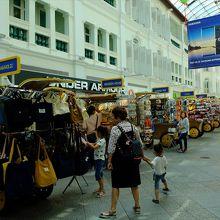 ブギス・ジャンクションのマレー街部分には露店風商店も。