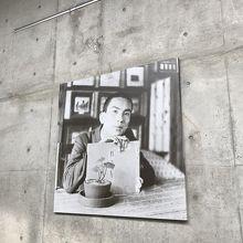 記念館のエントランスには新美南吉氏の写真がありました