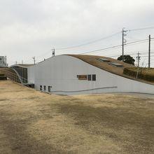 新美南吉記念館の建物・芽吹きの季節は綺麗な緑屋根でしょうか?
