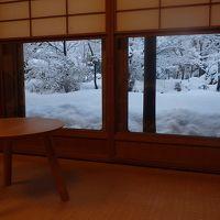 客室の雪見窓から見える雪景色です。