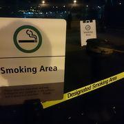喫煙スペースは外にあります。