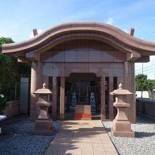 石造りの社殿。