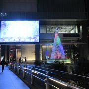 歩行者用デッキからも大きなクリスマスツリーを中心としたイルミネーションが楽しめました。