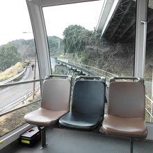 中には座席が7席ほどあります。