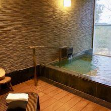 大浴場はなく、お部屋の温泉です。自分で温度調整ができますよ。