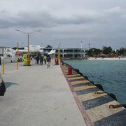 ここはコスメル島からのフェリー発着地です。下船後、右手にプラヤ デル カルメンのビーチを見ながら上陸しました。