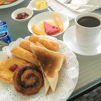 ルームサービスで頼んだ朝食。バルコニーで食べると最高です!