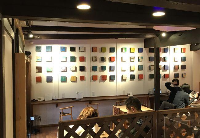 きび団子や和菓子で有名な店。アートなカフェスペースもある!