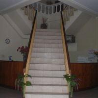 ホテルの2階に通ずる階段は、今でも格調高く感じられます。
