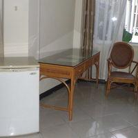 客室内の調度品です。籐製品の家具と冷蔵庫の組合せが妙ですね。