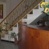 ホテル2階への階段と横にあるフロントのカウンターの様子です。