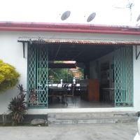 ホテル玄関の前にあるホテルのレストランです。簡素な様子です。