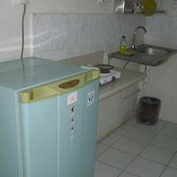 長期滞在者が多いためか、自炊のための流しや調理台があります。