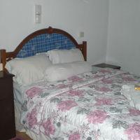 客室内のベッドです。華やかな色調のベッドカバーが目に入ります