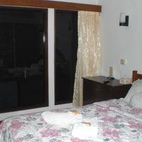 客室のベッドと隣接区画のドアーの様子です。静かな感じです。