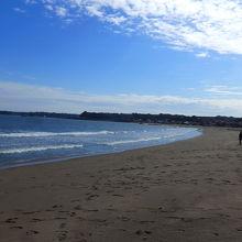 お天気が爽やかで観光客が砂浜を訪れていました