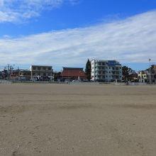 砂浜から見た街並