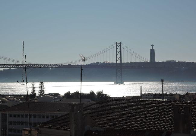 4月25日橋の袂に立つキリスト像