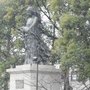 公園内の像