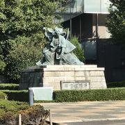 明治時代の歌舞伎役者の像