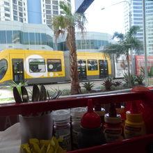 お店の前には、路面電車が走っています