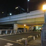 親柱には黄色い淡い灯がともり、橋そのものはとても洒落た雰囲気でした。