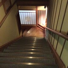 お部屋を出た階段