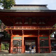 三間一戸の純和様。丹塗りの赤い楼門です