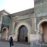 この街のランドマークは、北アフリカでもっとも美しい門と言われるマンスール門で、カラフルなモザイクタイルと彫刻で彩られています。