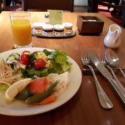 緑が美しいカフェでブレックファースト