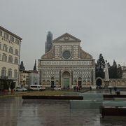 サンタ・マリア・ノヴェッラ教会の正面,サンタ・マリア・ノヴェッラ駅のそばにある広場です。