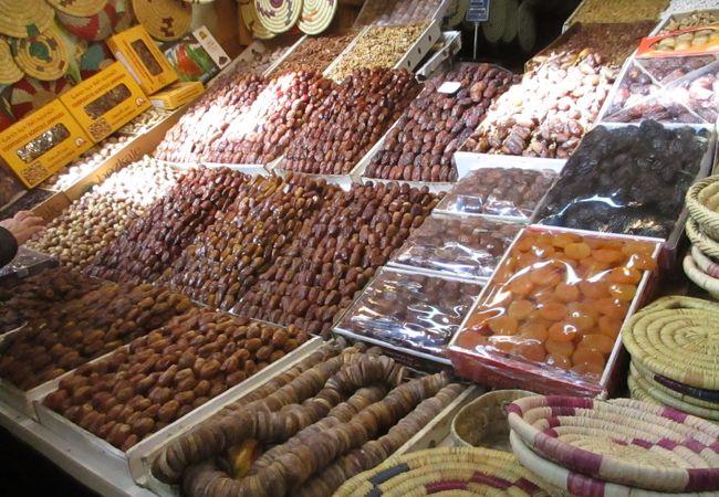 古都メクネスの中心にある広場で、周りには肉・青果などの生鮮品、食料品店、雑貨店などいろいろなお店があり、地元の人々の活気ある生活が感じられました。