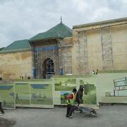 モロッコでイスラム教徒以外でも入場できる唯一の廟だそうですが、修復中で入場できませんでした。