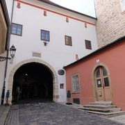 門の中に礼拝堂