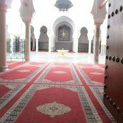 フェズの守護聖人ムーレイ・イドリス2世の霊廟で、今でも信者の信仰の対象として守られており、非イスラム教徒は入場することが出来ません。