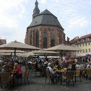 街の中心部にある広場です