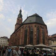 中心部にある大きな教会です