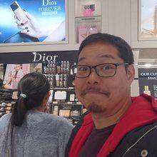 化粧品売場。捕まったら最後です。