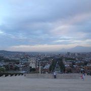 上まで登るとエレヴァン市街地とアララト山が見えました。