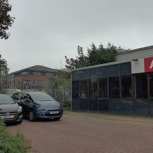 駅近くの線路側、住宅地の中にある小さな営業所