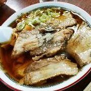 うどんのような太くてコシのある麺としょうゆ味の濃い目のあっさりスープでうまい!