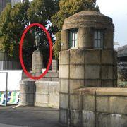 日本の代表的な経済人渋沢栄一の銅像は、日本橋川沿いの常盤橋公園内にあります。