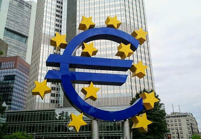 巨大な「ユーロマーク」のモニュメント